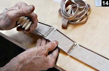 De la colle est appliquée sur les chanfreins de la boîte à bijoux en bois rectangulaire