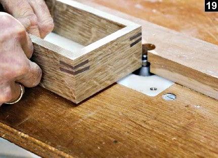 Les coins du fond de la boîte à bijoux en bois rectangulaire sont chanfreinés