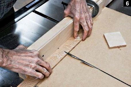Première coupe de planche sur la table à scier