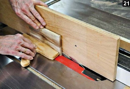 Une feuillure est réalisée pour le couvercle de la boîte à bijoux en bois rectangulaire