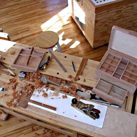 Plan de travail présentant une boîte en cours d'ajustage