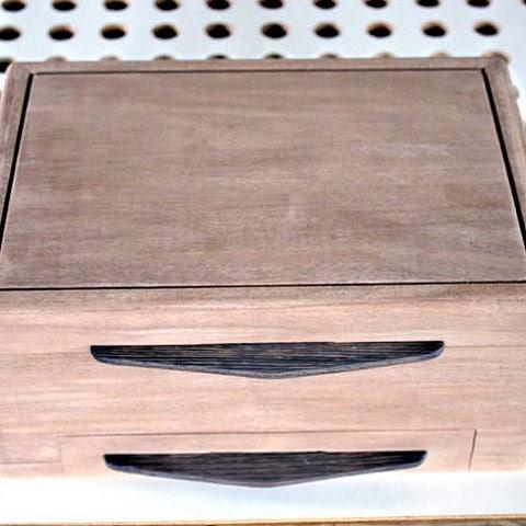 Boîte brute équipée (tiroirs + plateaux) avec couvercle refermé