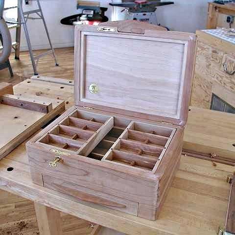 Boîte ouverte montrant l'installation du verrou
