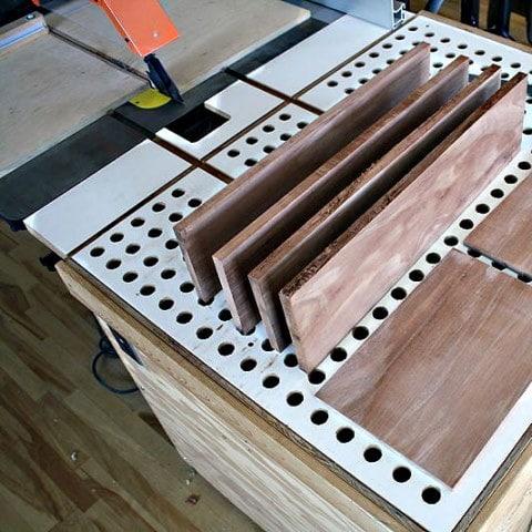 Panneaux supérieurs et latéraux posés sur une machine à bois