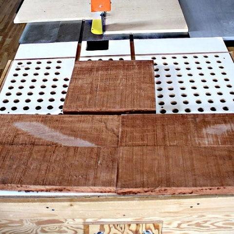 Trois planches posées sur une machine à bois