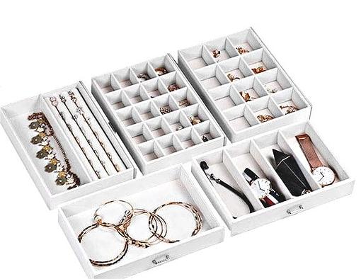 Compartiments de la boîte à bijoux en cuir blanc design