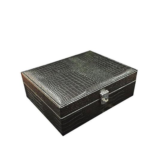 Vue de 3/4 de la boîte à bijoux en cuir imitation croco (fermée)