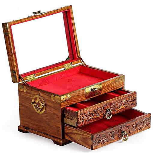 Vue de 3/4 de la boîte à bijoux en bois massif (ouverte)