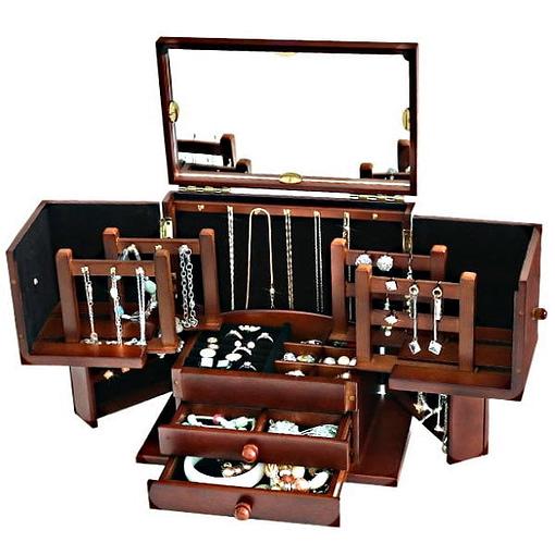 Vue de 3/4 de la grande boîte à bijoux à compartiments (ouverte, avec bijoux)