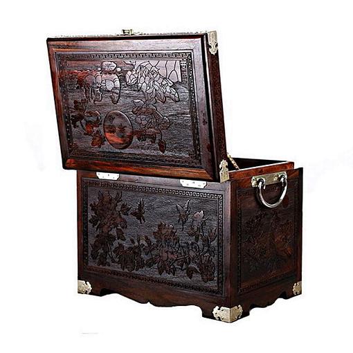 Vue arrière de la grande boîte à bijoux en bois artisanale, présentant les gravures du dessus et de la face arrière
