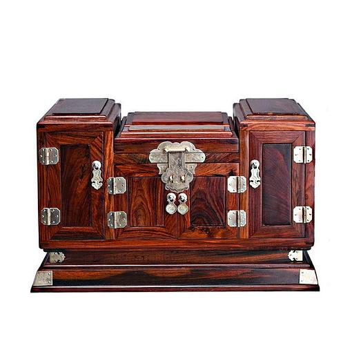 Vue de face de la grande boîte à bijoux en bois sculpté (fermée)