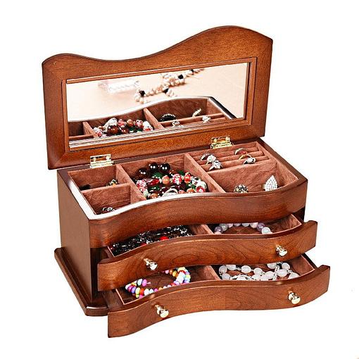 Vue de 3/4 de la boîte à bijoux en bois 'tendance', ouverte et remplie de bijoux