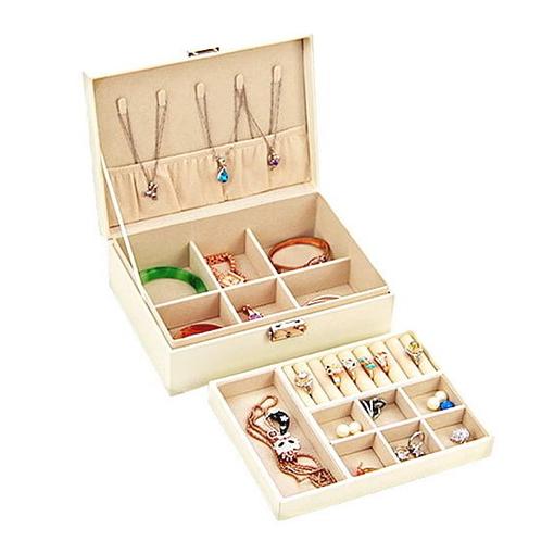 Boîte à bijoux aspect cuir blanc ouverte, remplie de bijoux et plateau déposé