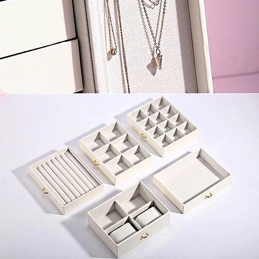 Photo de détail des compartiments de la boîte à bijoux avec portes cuir blanc
