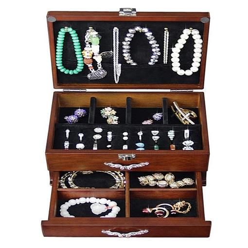 Vue de face de la boîte à bijoux en bois classique à tiroir (ouverte)