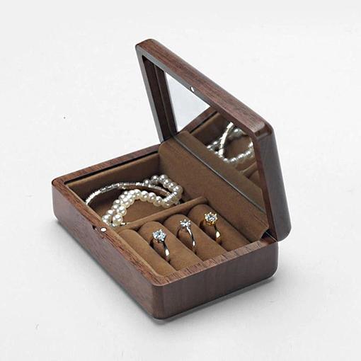 Vue de 3/4 de la boîte à bijoux en bois de voyage (ouverte, avec bijoux)