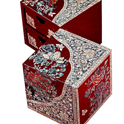 Vue de 3/4 de la boîte à bijoux originale '2 cubes rouges' (entrouverte)