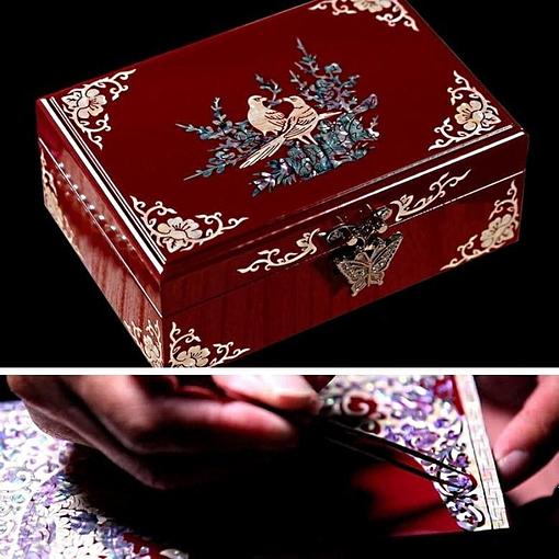 Collage de 2 photos présentant le couvercle de la boîte à bijoux originale laquée rouge