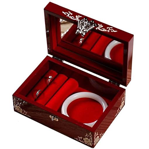 Vue de 3/4 de la boîte à bijoux originale laquée rouge (ouverte)