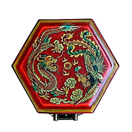 Vue du couvercle et des décorations de la boîte à bijoux originale rouge hexagonale