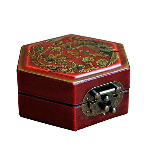 Vue de 3/4 de la boîte à bijoux originale rouge hexagonale (fermée)