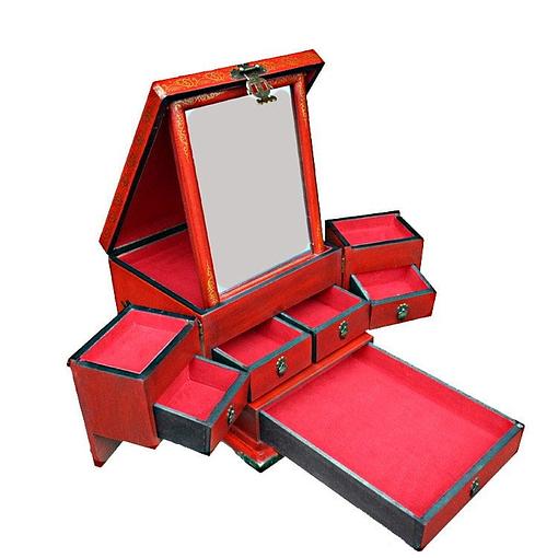 Vue de 3/4 de la boîte à bijoux originale rouge rectangulaire (ouverte)