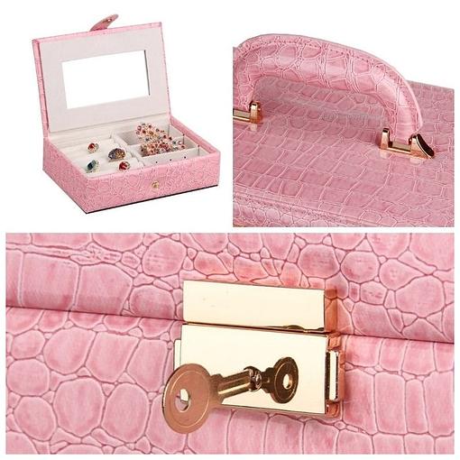 Collage de trois photos présentant les détails de la boîte à bijoux compartimentée (étui de voyage, poignée et fermoir)