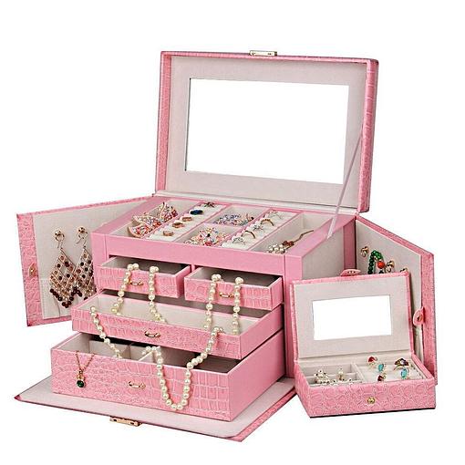 Vue de 3/4 de la grande boîte à bijoux en cuir rose compartimentée (ouverte, avec bijoux)