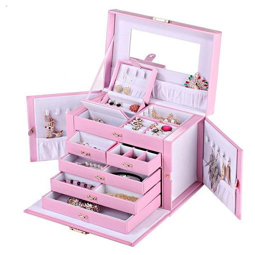 Vue de 3/4 de la grande boîte à bijoux en cuir rose à compartiments (ouverte avec bijoux)