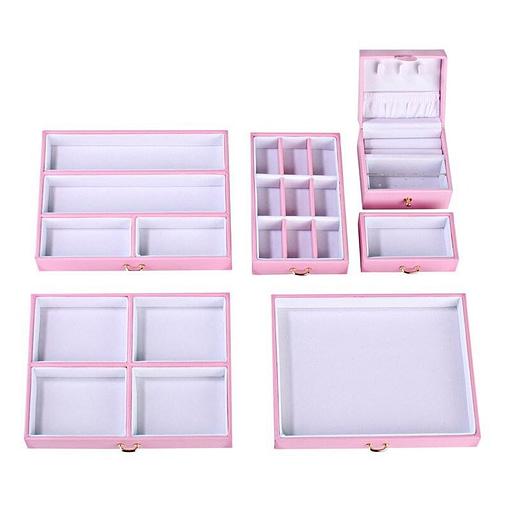 Vue aérienne des rangements de la grande boîte à bijoux en cuir rose à compartiments
