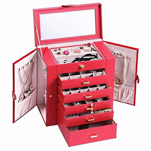 Vue de 3/4 de la grande boîte à bijoux en cuir rouge à 5 tiroirs (ouverte, avec bijoux)