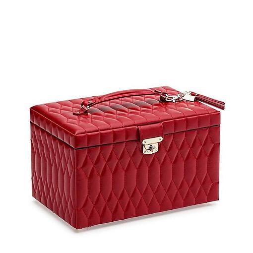 Vue de 3/4 de la grande boîte à bijoux en cuir rouge matelassée (fermée)