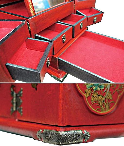 Vue de 3/4 de la boîte à bijoux originale rouge rectangulaire (compartiments)