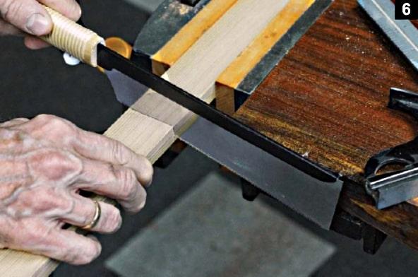 Une scie japonaise est employée pour couper aux longueurs voulues