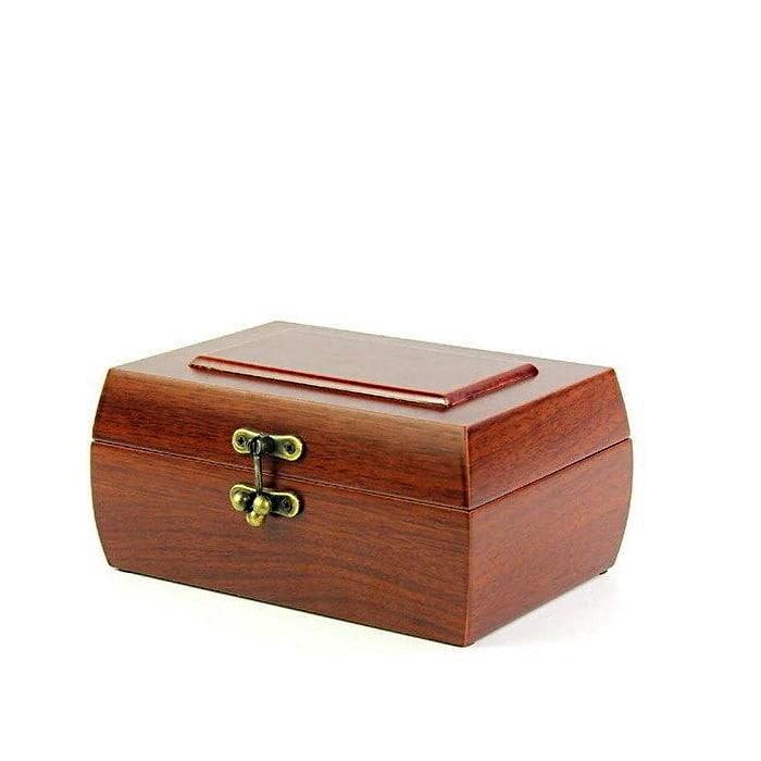 Vue de 3/4 de la boîte à bijoux en bois fermoir (fermée)
