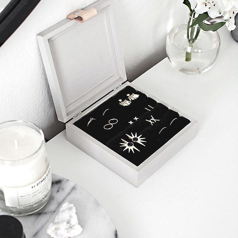 Boîte finalisée, présentée ouverte et remplie de bijoux (2)