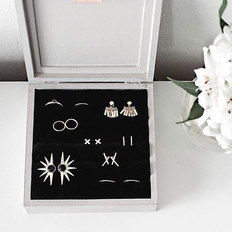 Boîte finalisée, présentée ouverte et remplie de bijoux