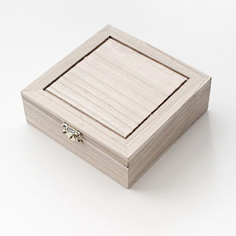 Boîte carrée simple fermée; peinture blanche