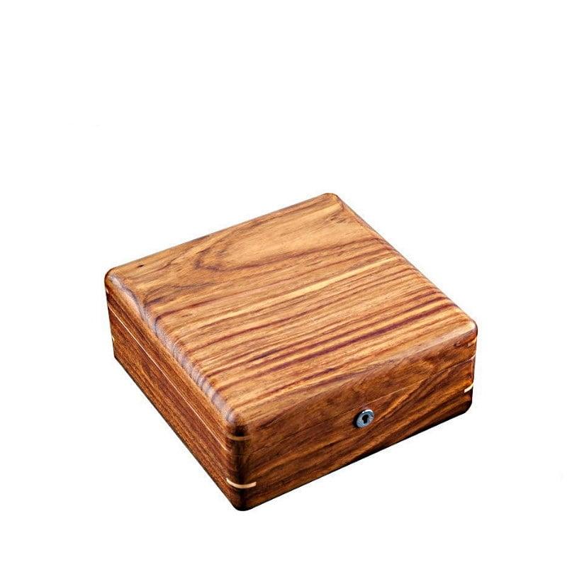 Vue de 3/4 de la boîte à bijoux en bois avec compartiment (fermée)