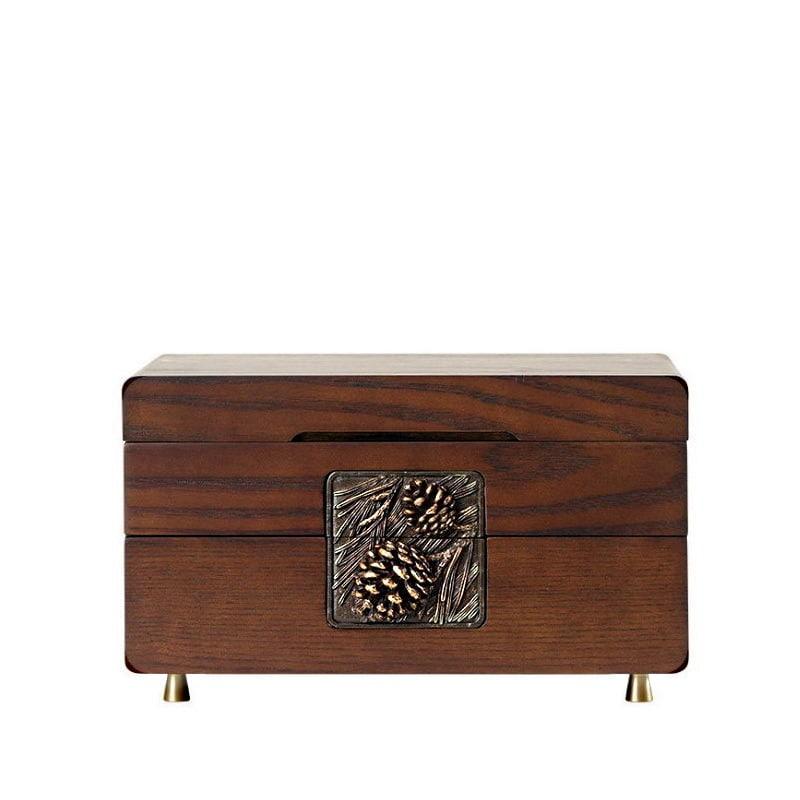 Vue de face de la boîte à bijoux en bois sculpté (fermée)