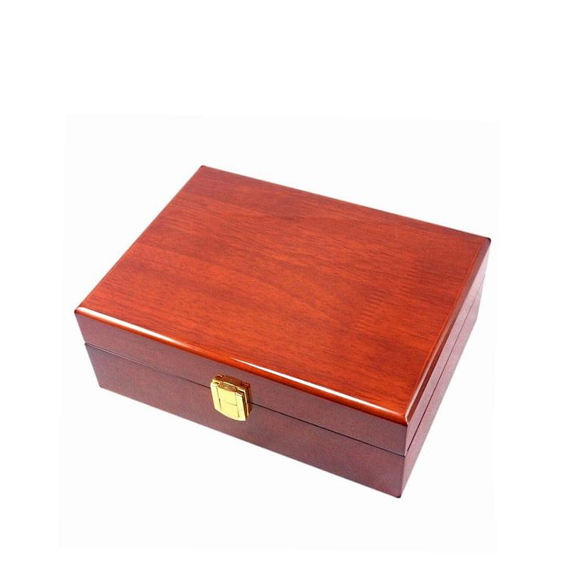 Vue de 3/4 de la boîte à bijoux en bois classique (fermée)