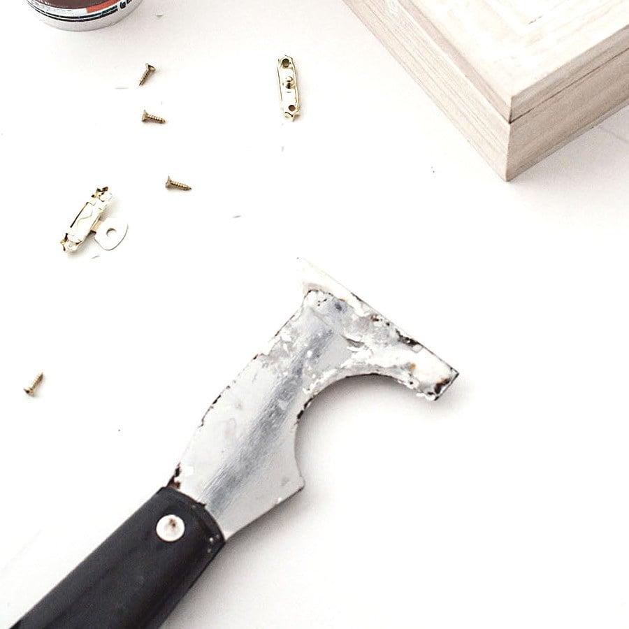 Présentation de l'outil utilisé pour appliquer le mastic à bois